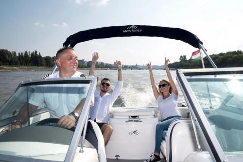 Fel a kezeket kapitány
